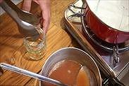 保存瓶を熱湯から取り出す