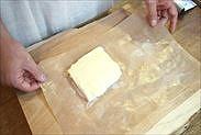 潰したバターを約10×10㎝に成型する