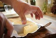 無塩バターを切り分ける
