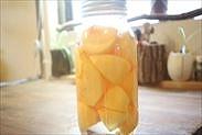 柿とシロップを保存瓶に入れた状態