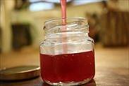 ザクロのシロップを保存瓶に入れる