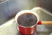 鍋肌に水をあてて冷やす