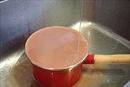 鍋肌に水をあて冷やす
