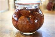 栗の渋皮煮を保存瓶に入れる