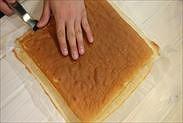 シートスポンジケーキの焼き面を取る