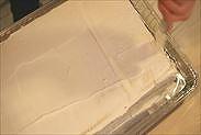 1段目のケーキにクリームを本塗りする