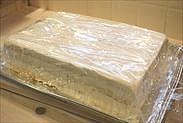 ケーキに密着するようにラップをする