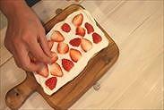 カットしたイチゴを並べる