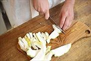 柚子の皮を食べやすい大きさにカットする