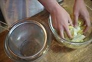 柚子の皮を水で洗う
