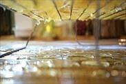 網にのせシロップをきる柚子の皮