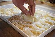 柚子の皮を乾燥させる