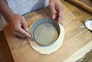 練りパイ生地(パートブリゼ)にタルト型を合わせ、伸ばした大きさを確認する