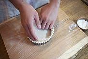 18㎝の丸形の焼き紙を敷く