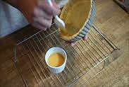 白焼きしたパイ生地に卵を塗る