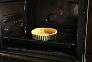 卵を塗ったパイ生地を焼く