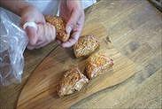 りんごパイにクリームチーズを絞る