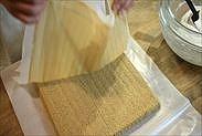 コーヒーシートスポンジケーキの焼き紙を剥がす
