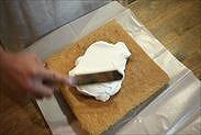 コーヒーシートスポンジケーキにクレームシャンティを塗る