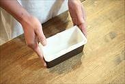 パウンドケーキ型に焼き紙を敷く