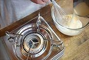 沸騰した牛乳バターを卵黄に加える