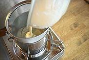 ザルで濾しながら手鍋に戻す