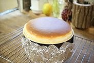 焼きあがったスフレチーズケーキを常温で冷ます