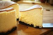 カットした天使の半熟スフレチーズケーキ