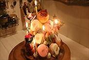 クリスマスツリーケーキ(クロカンブッシュ)にロウソクをつける