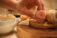 プチシューをパイ皿にのせる