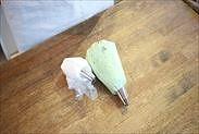 クレームシャンティと抹茶クレームシャンティを絞り袋に入れる