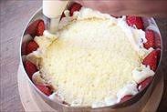 苺の隙間を埋めるようにカスタードクリームを絞る