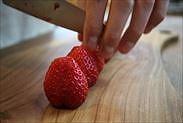 苺をカットする