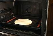生地をオーブンで焼く