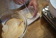 牛乳バターに生地を一部加える