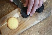 オレオのクッキーを剥がす