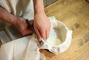 焼き紙の余分な部分をハサミでカットする