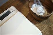 グラニュー糖とコーンスターチを混ぜ合わせる