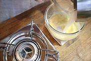 卵黄に牛乳を加える