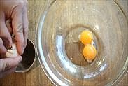 卵白と卵黄を分ける