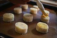 クッキー生地の表面に卵を塗る