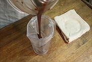 生チョコを絞り袋に入れる