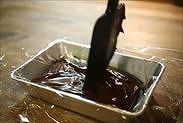 ゴムベラで生チョコを整える