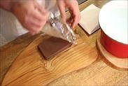 生チョコからラップを剥がす
