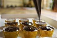生チョコをチョコカップに流し入れる