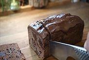 チョコレートパウンドケーキをカットする