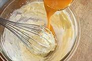 溶き卵をバターに加える
