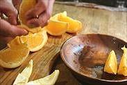 オレンジの果肉を取る