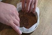 チョコスポンジケーキを入れる