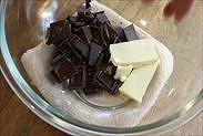 チョコレートとバターをボウルにいれる